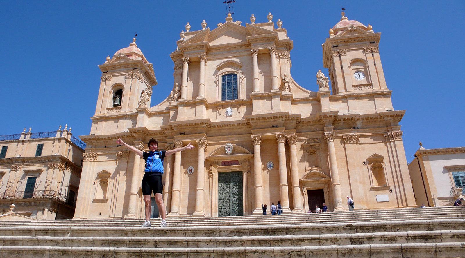Amelie sui gradini della Chiesa a Noto, Sicilia