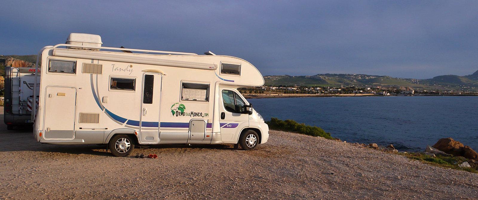 Nella frazione di Cornino, sotto a Custonaci, sosta camper in riva al mare.
