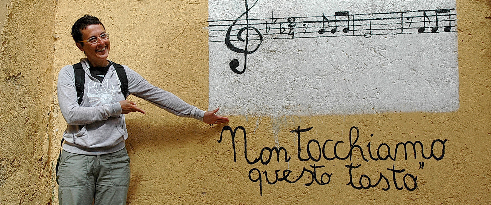 Amelia di fronte ad un murales ad Agrigento