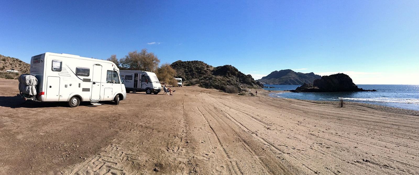 Sosta libera sulla spiaggia a Cabo Cope