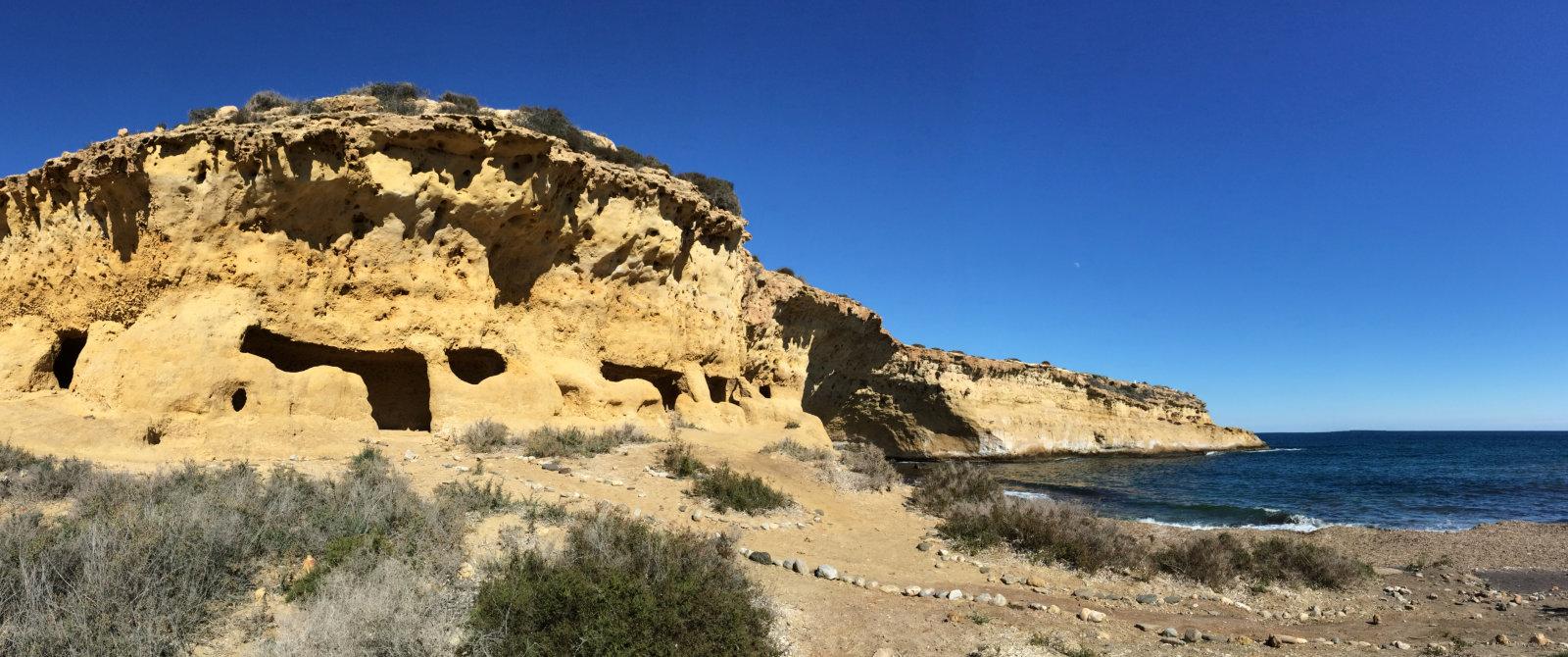 Le grotte scavate nella roccia di Cabo Cope