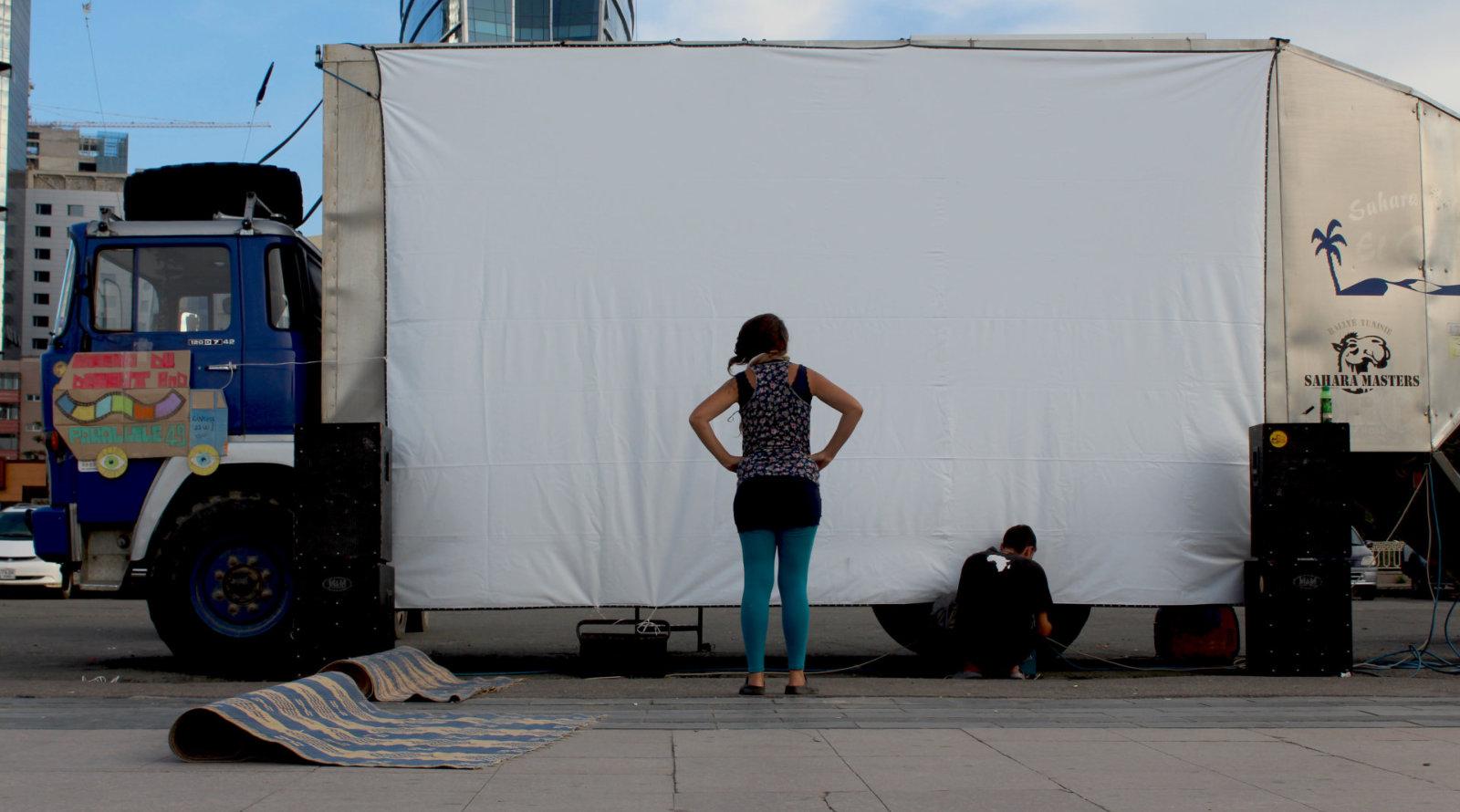 Il camion camperizzato di Davide e Francesca con schermo cinematografico