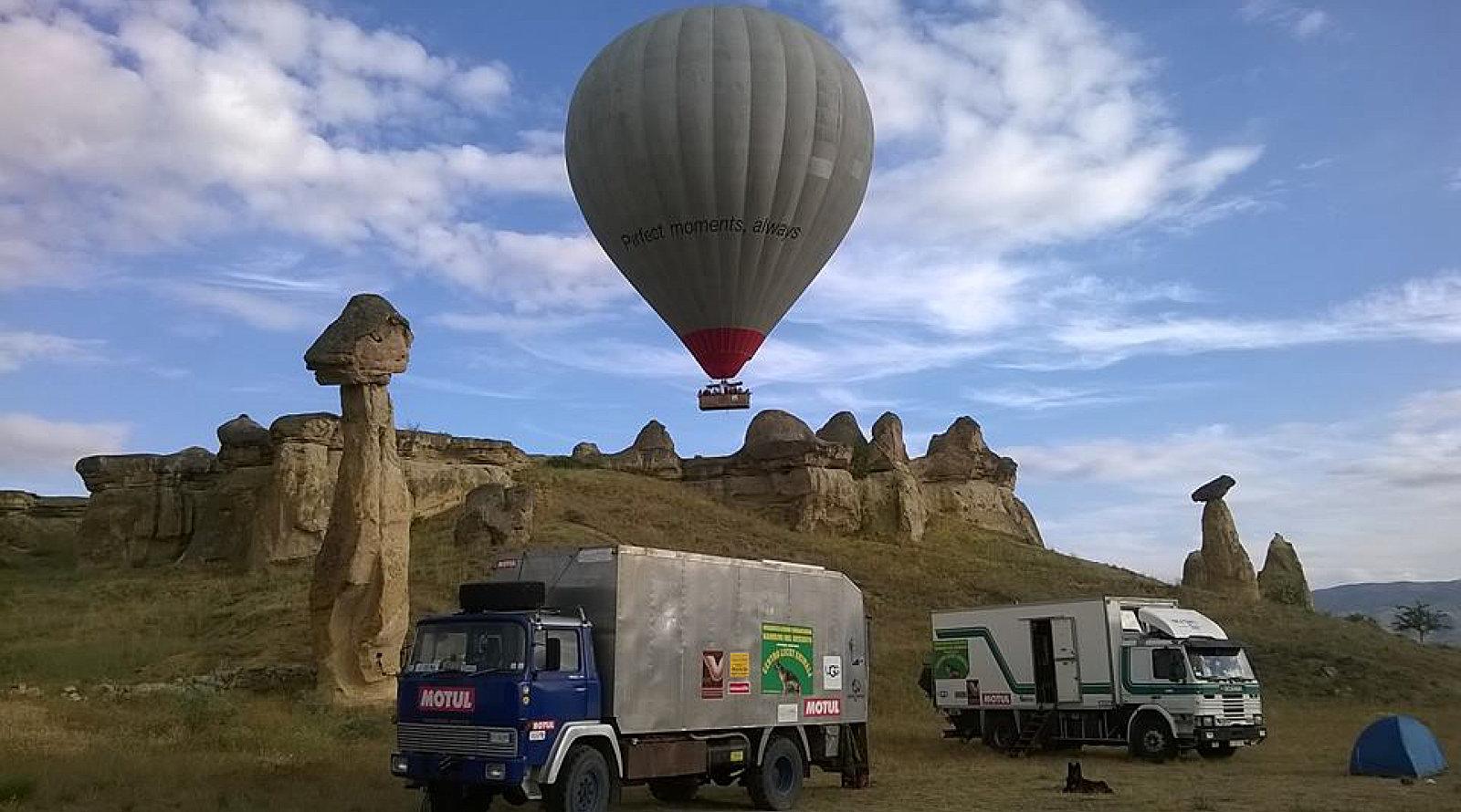 Il camion di Davide e Francesca nel deserto con una mongolfiera