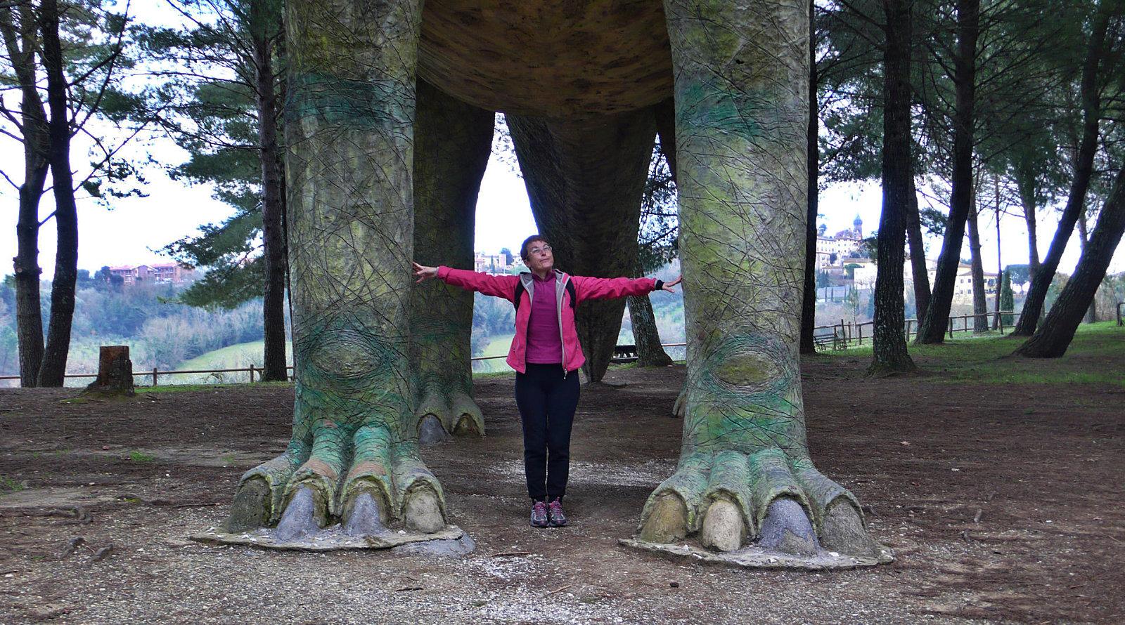 Amelie tra le zampe di un dinosauro a Peccioli, in Toscana