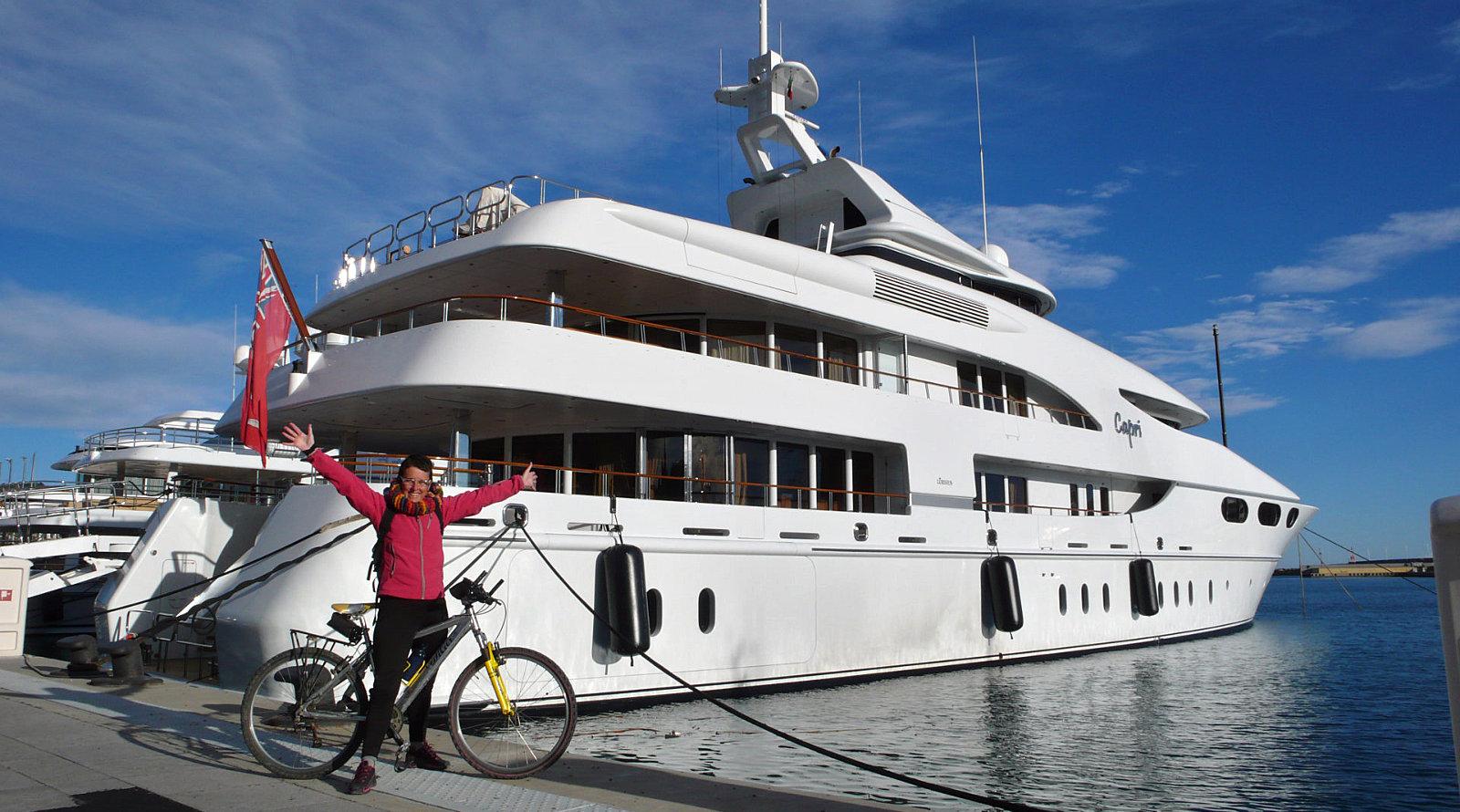 Amelia davanti ad uno yacht ad Imperia