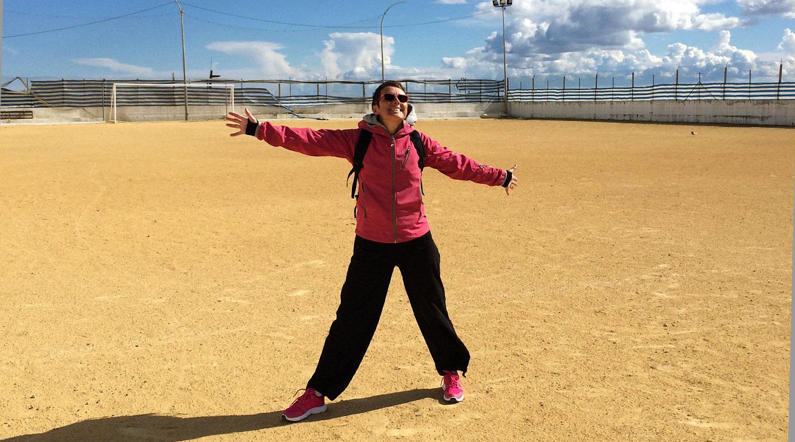 Amelie felice in un campo di calcio sul mare