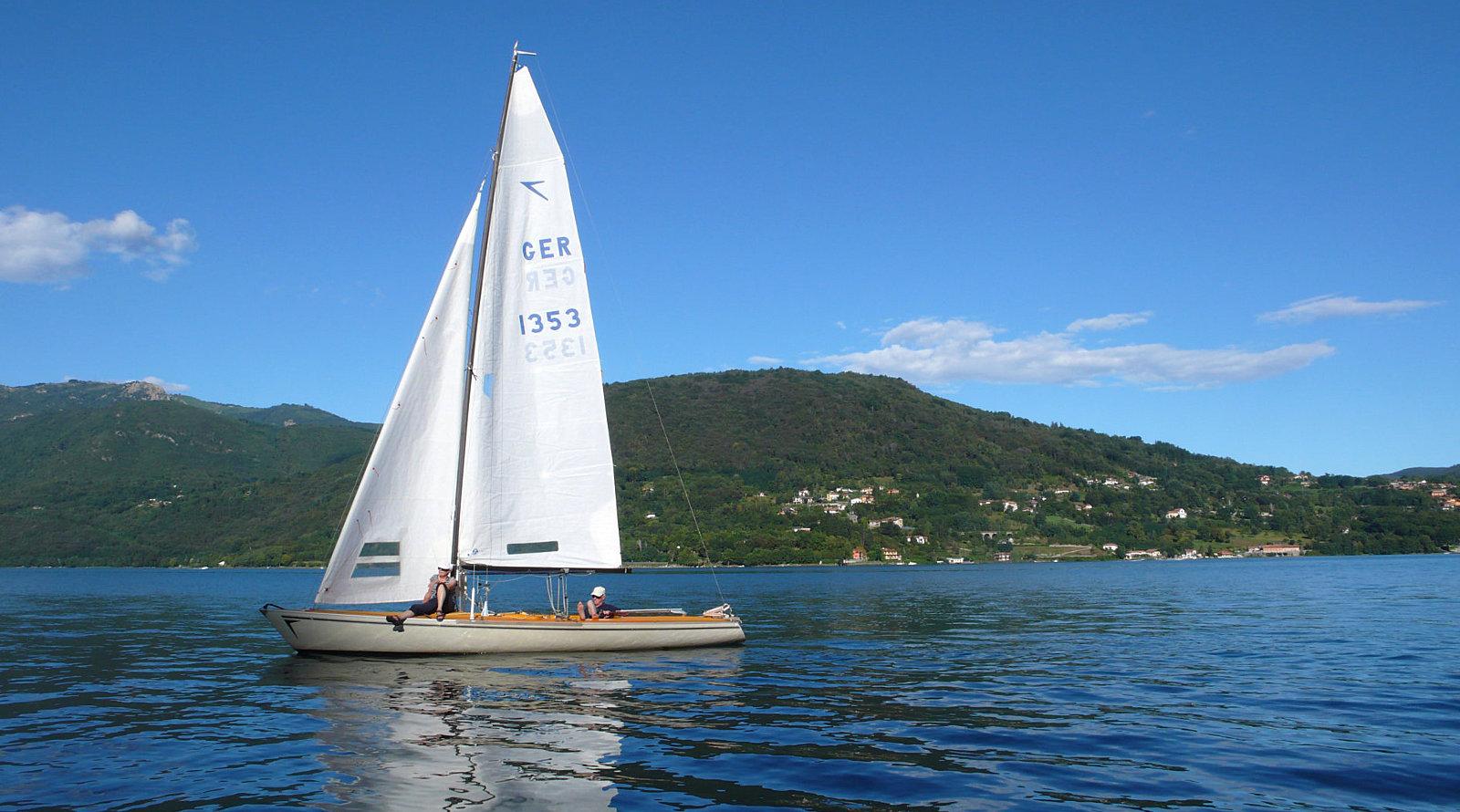 Turisti in barca a vela sul lago d'Orta