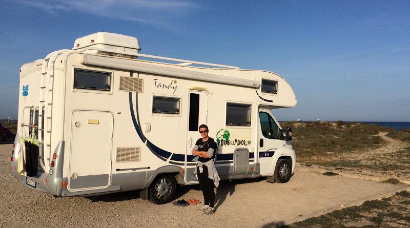 Amelia con il camper in sosta libera sulla Playa de la Garrofera