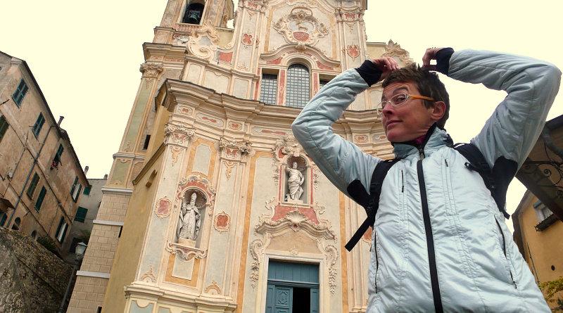 Amelia davanti alla chiesa di Cervo in Liguria
