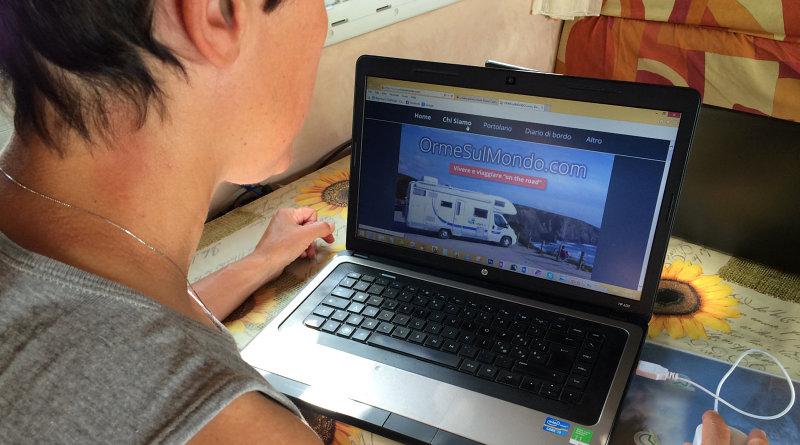 Amelia lavora al computer per il nostro sito web