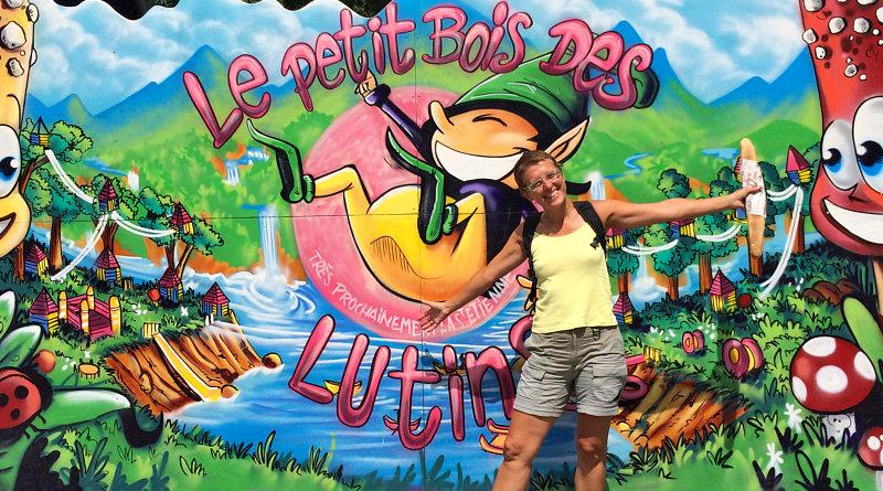 Amelia davanti al Petit Bois de Lutins
