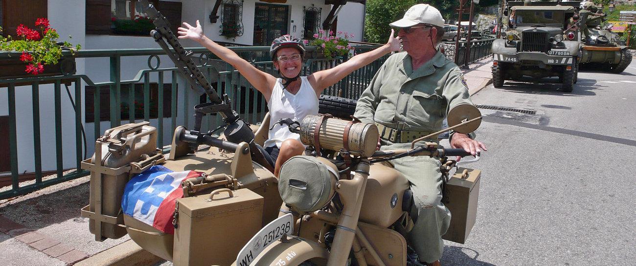 Amelie a bordo di un sidecar militare a Saint Martin de Vesubie dove si commemora la presa della Bastiglia