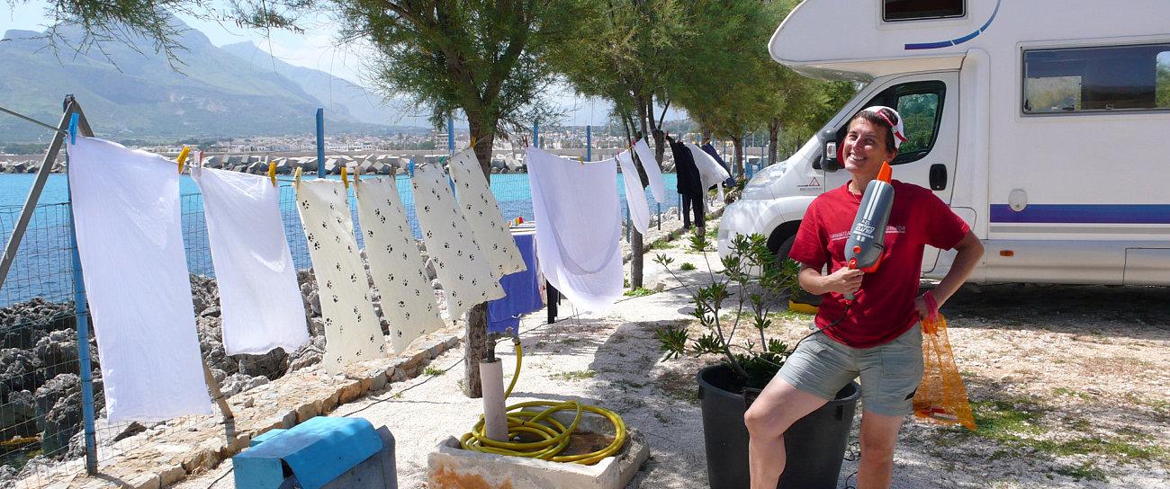 Amelia stende il bucato a San Vito Lo Capo