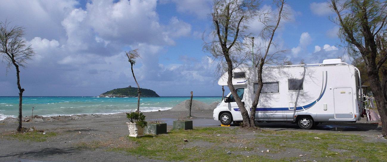Camper in sosta sulla spiaggia di Diamante, di fronte all'isola di Cirella