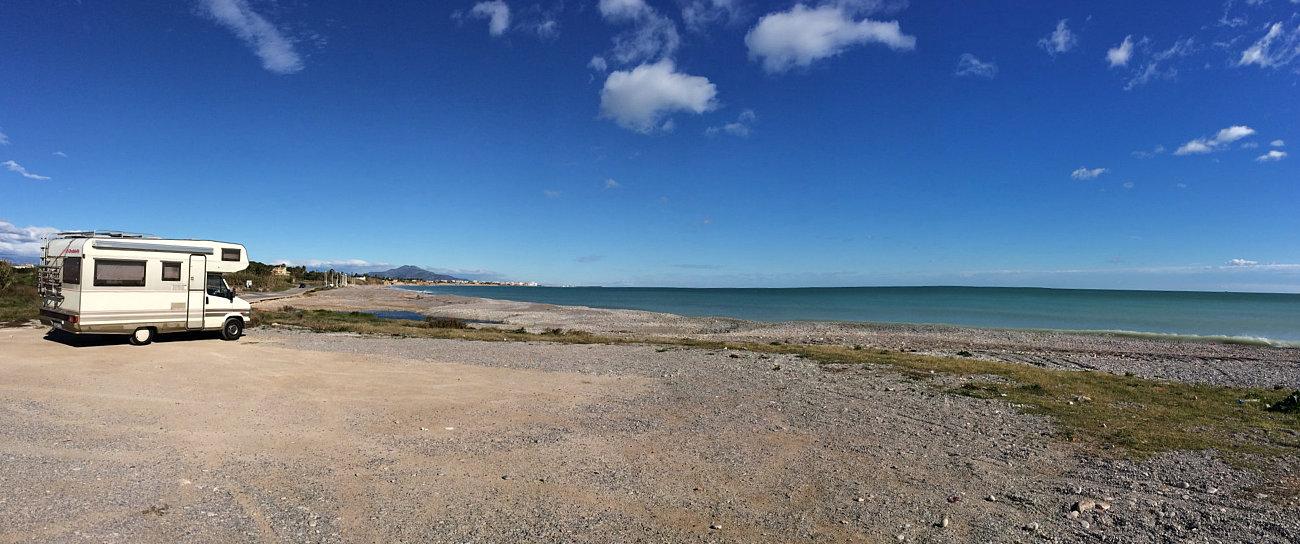 Camper in sosta libera sul mare a Benicarlo