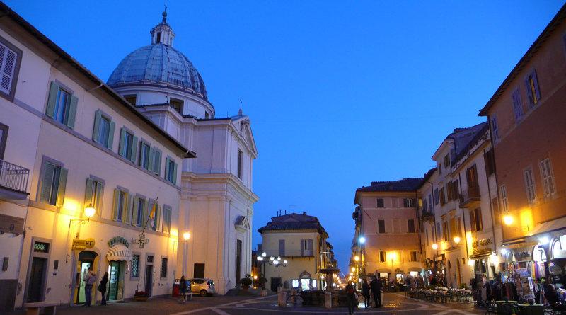 Piazza centrale di Castel Gandolfo, residenza estiva del papa