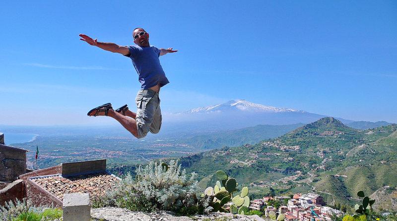 Salti di gioia a Taormina con lo sfondo dell'Etna