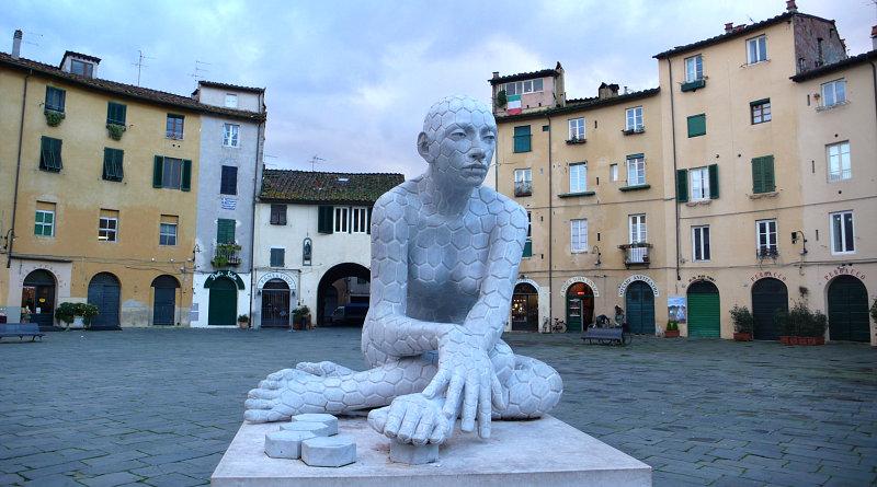 Scultura in pietra nella piazza Anfiteatro a Lucca