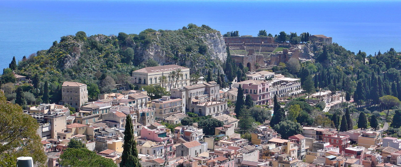 Veduta dall'alto di Taormina con anfiteatro