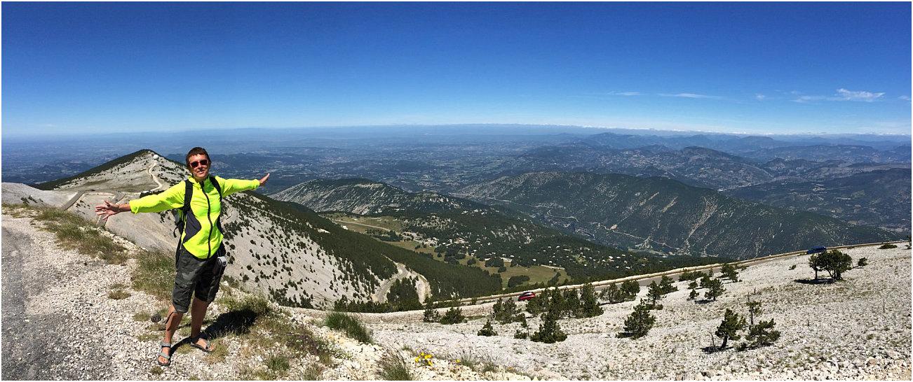Amelia sulla vetta del Mont Ventoux con panorama a 360 gradi sulla valle