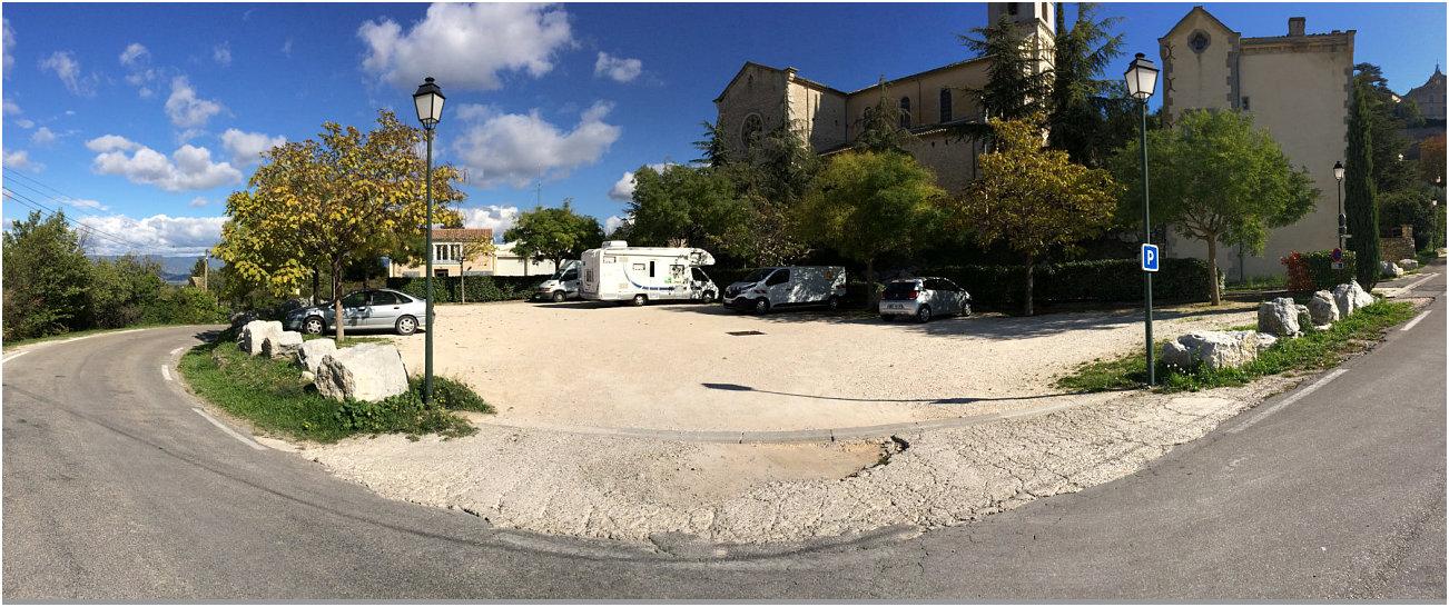 Sosta camper a Bonnieux davanti alla chiesa bassa
