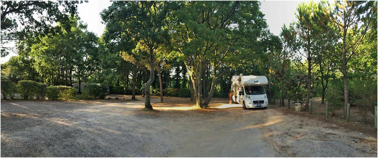 Camper mansardato McLouis in sosta a Lacoste