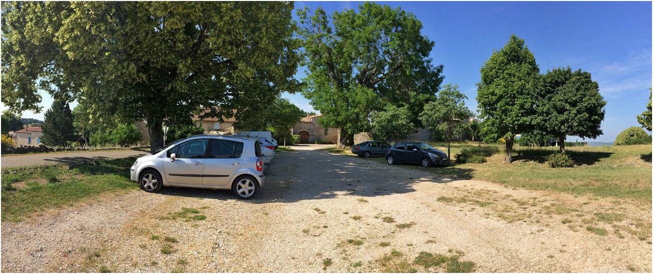 Piccolo parcheggio di fronte alla chiesa di Saint Trinit