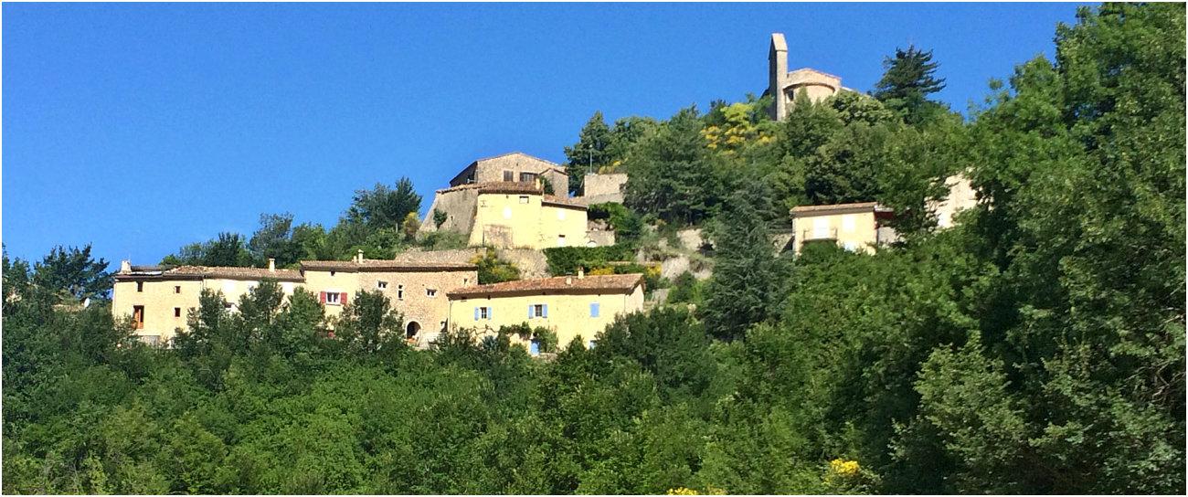 Il villaggio arroccato di Cornillac con la sua chiesa di Santa Maria Maddalena