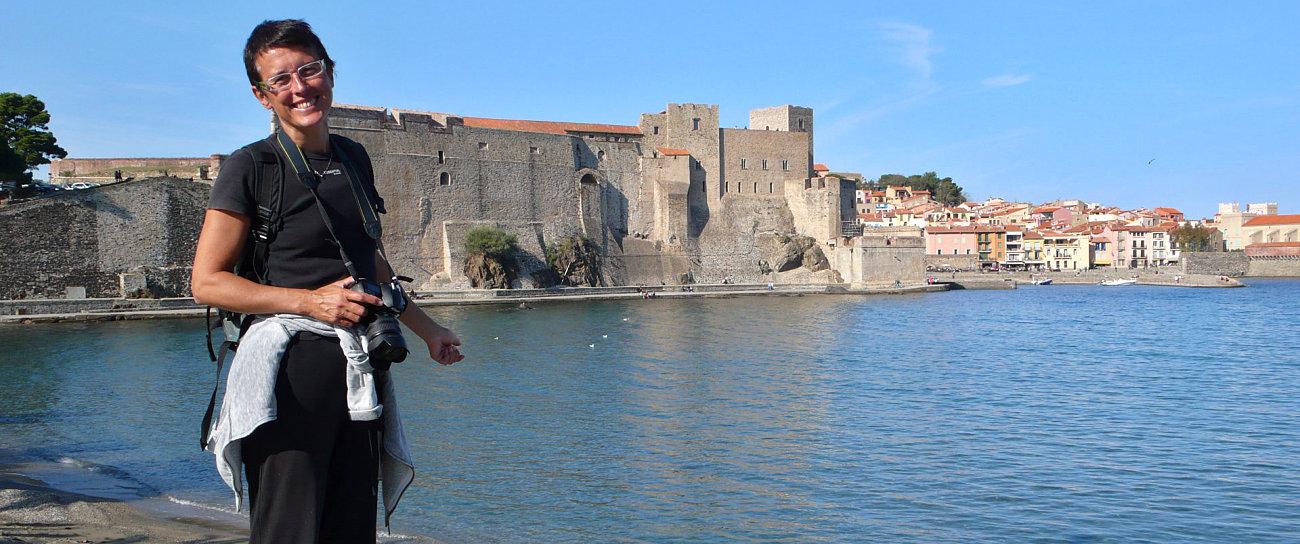 Amelie fotografata davanti al Castello Reale di Collioure