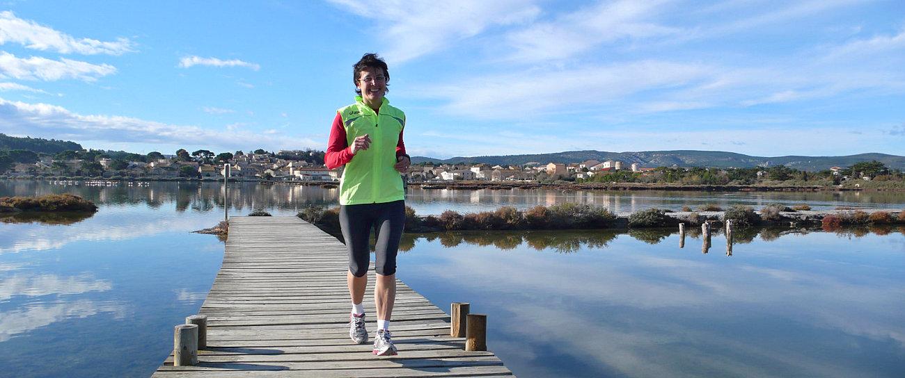 Amelia corre sulle passerelle della riserva nei pressi di Péyrac de Mer
