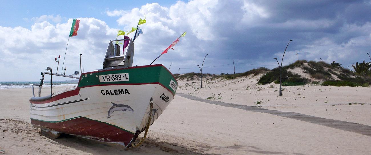 Una barca di pescatori sulla spiaggia di Monte Gordo