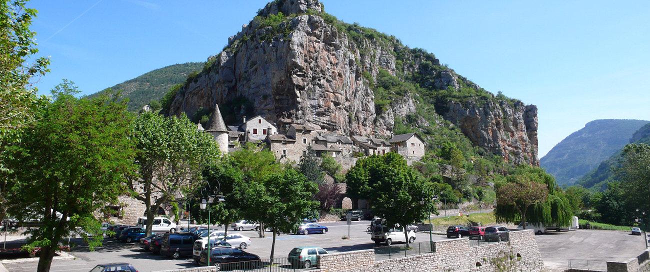 Il parcheggio di fronte al maniero di Montesquiou