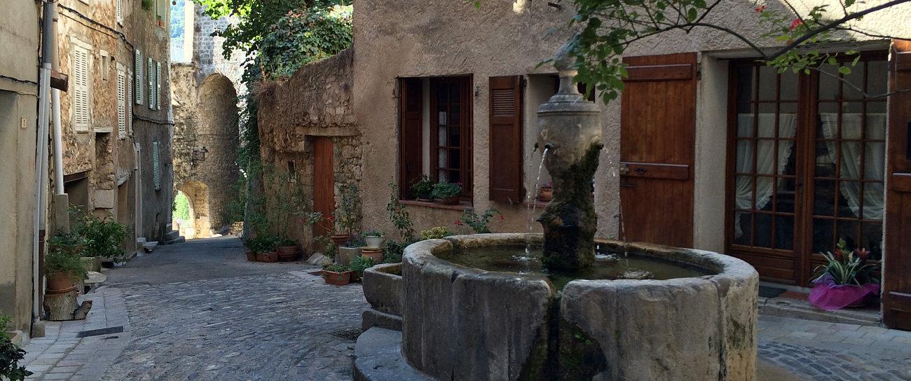 piazzetta fontana porta fortificata bargemon