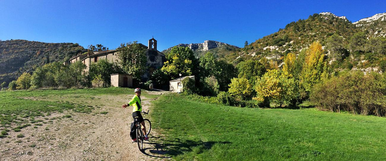 Amelia di fronte al villaggio di Navacelle