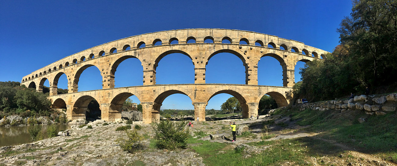 Amelie fotografa il maestoso Pont du Gard
