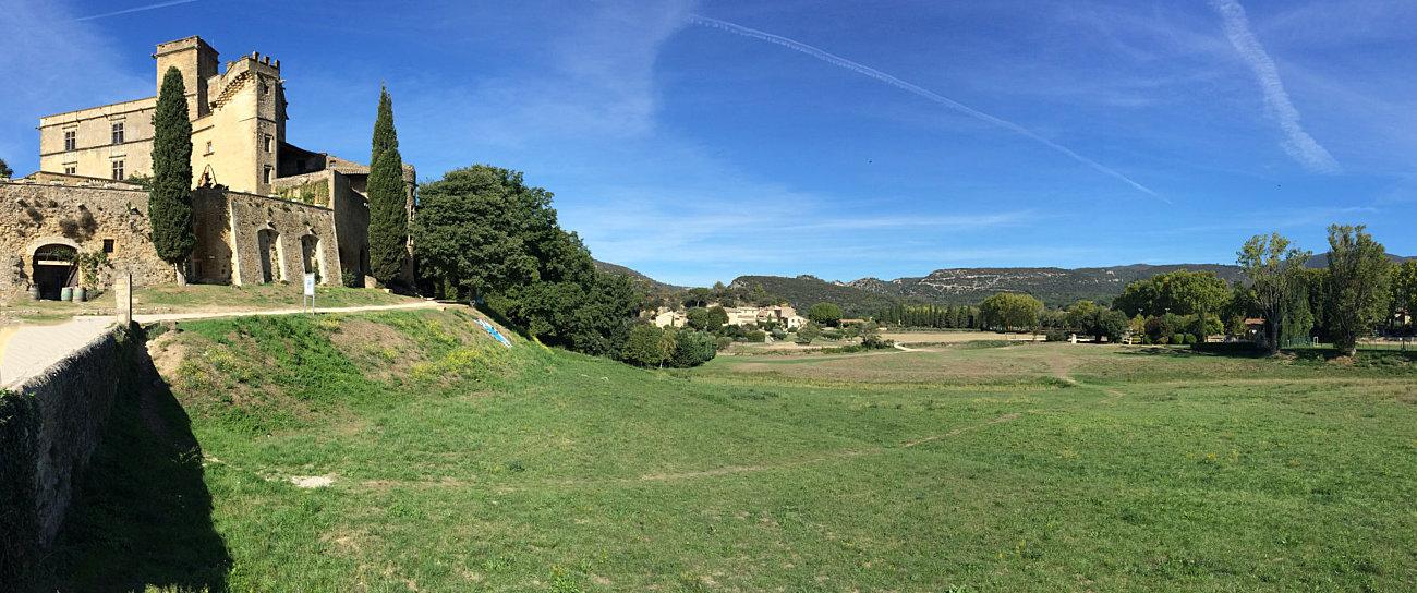 Il castello di Lourmarin, ai piedi del Luberon