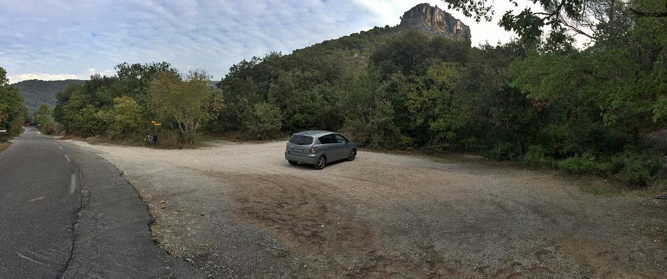 Parcheggio sterrato a un chilometro dal villaggio di Fontaine de Vaucluse