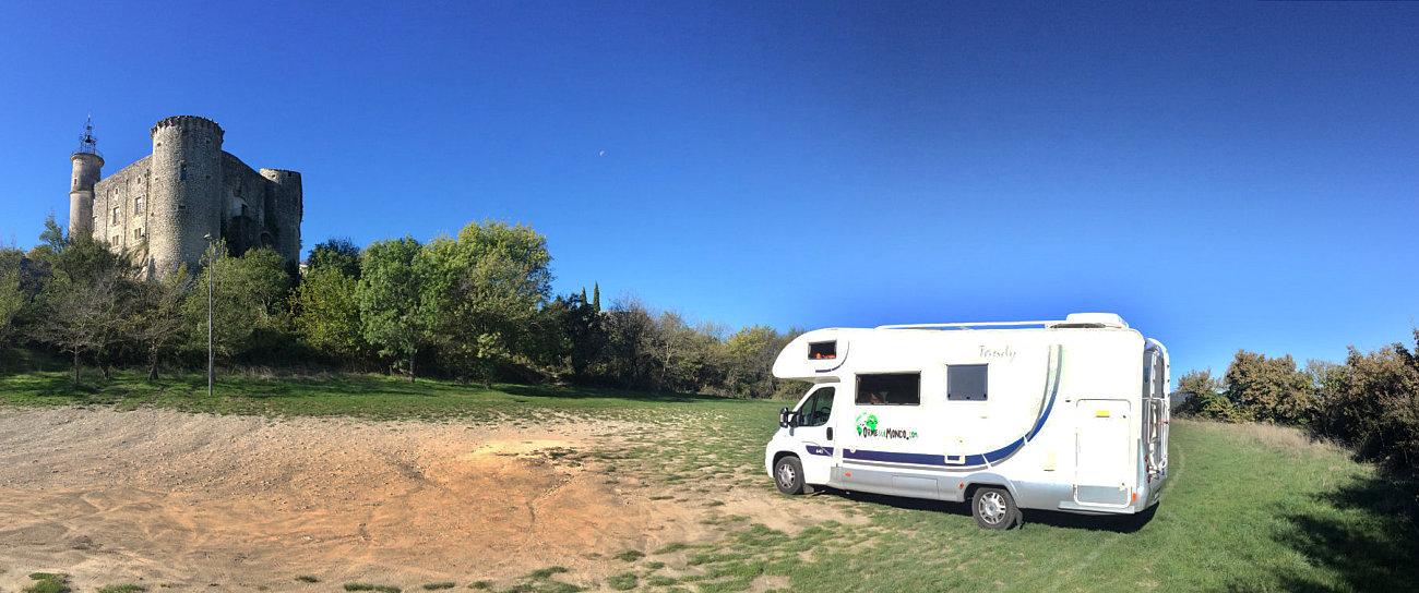 La nostra sosta camper a Lussan, proprio sotto il castello
