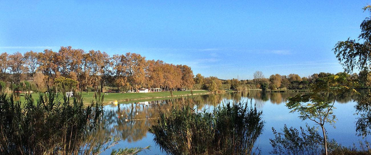 Il laghetto artificiale di St.Jean Pla de Corts visto dalla ciclabile