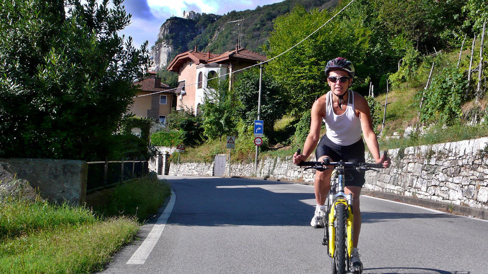 Amelie in bicicletta sotto la Madonna del Sasso