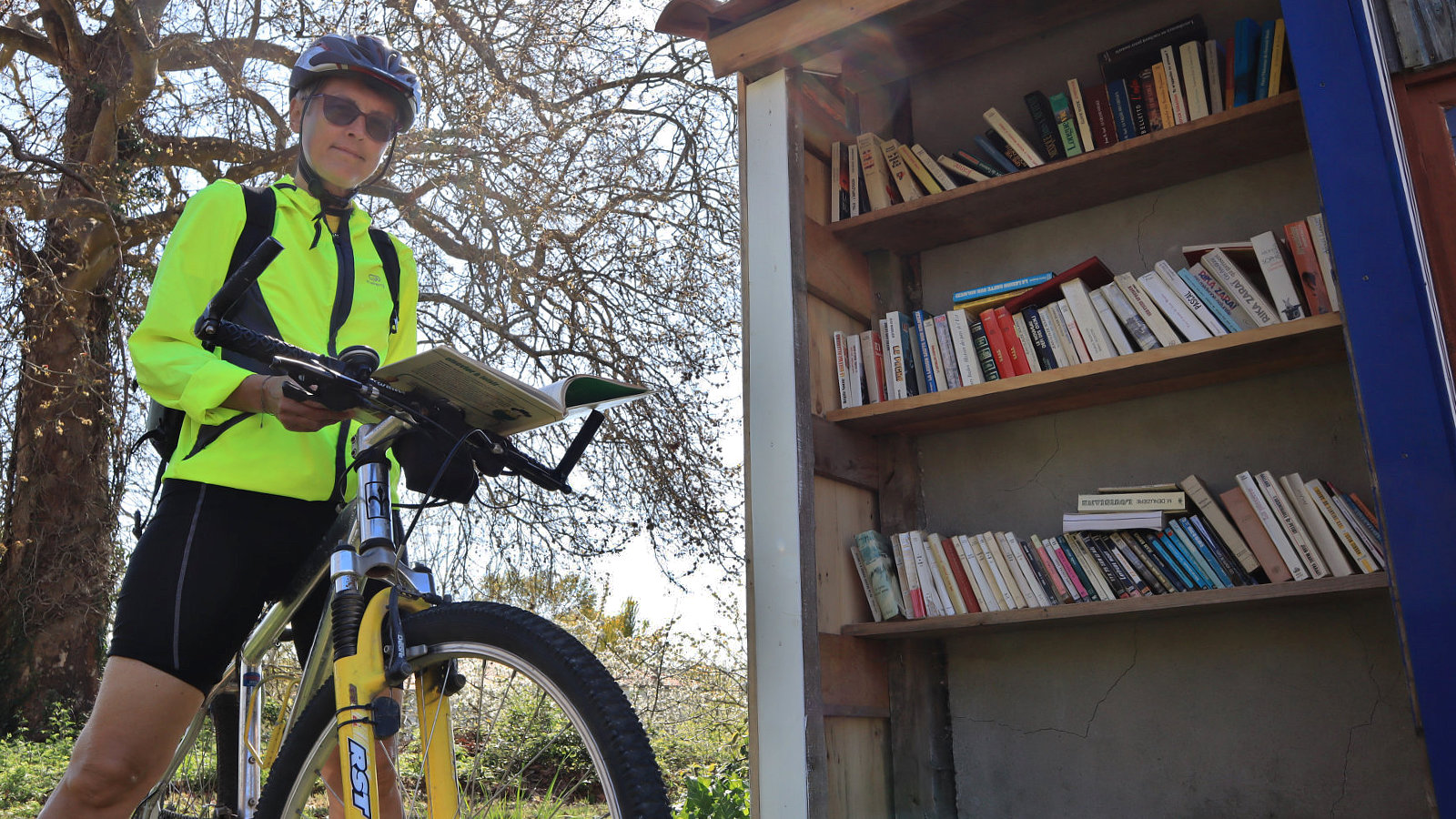 Una piccola biblioteca lungo la ciclabile