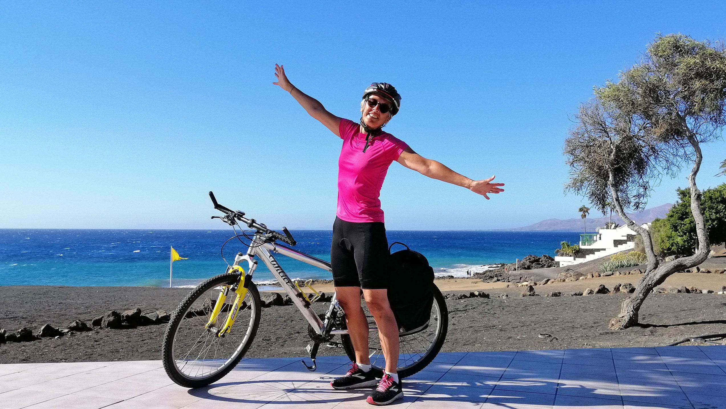Amelia in mountain bike sul lungomare di Arrecife