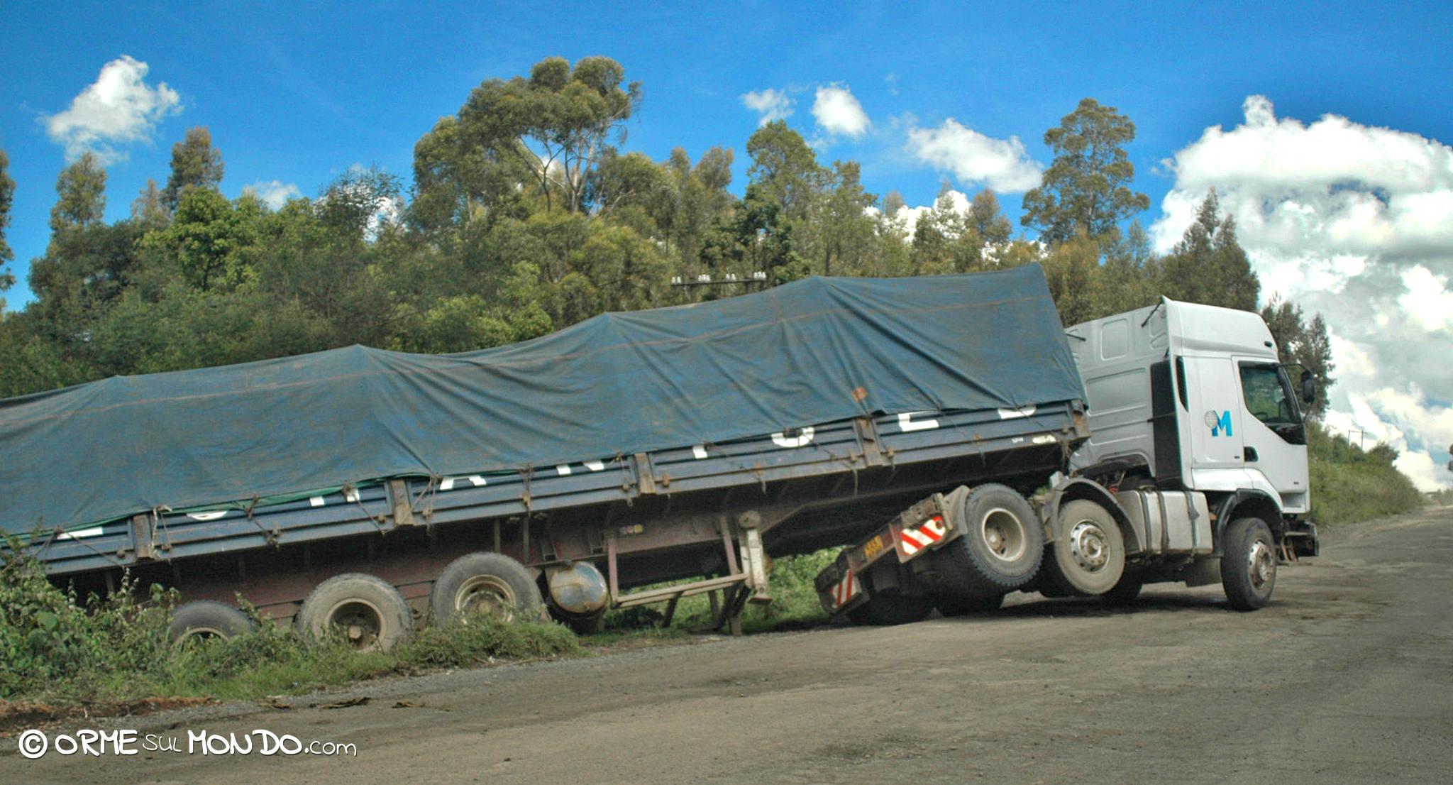 Sulla strada per Nairobi occorre guidare con prudenza per via degli autisti spericolati che si incrociano