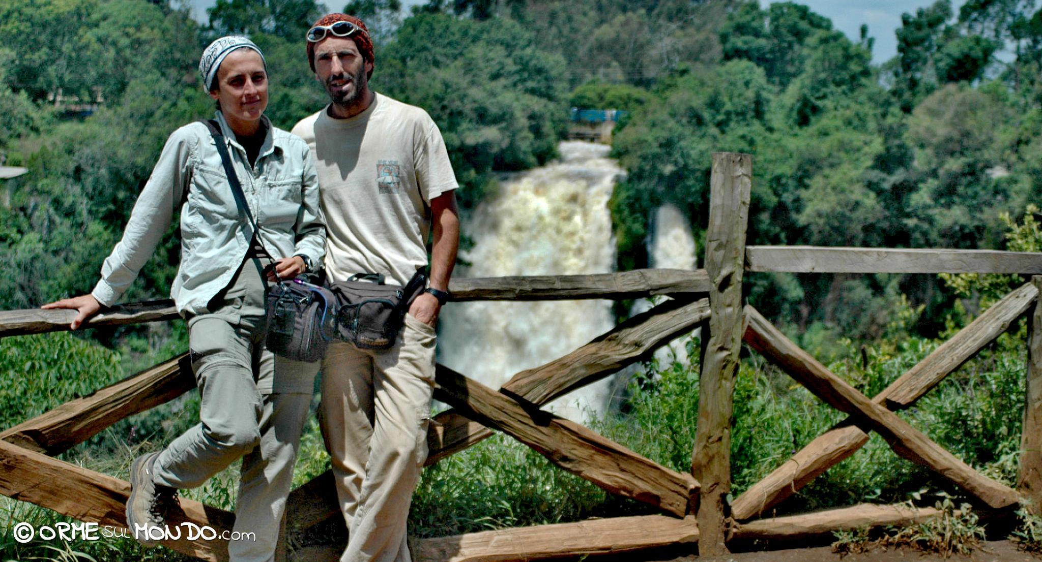 Foto di rito davanti alle cascate nel Thompson Falls Lodge di Nyahururu