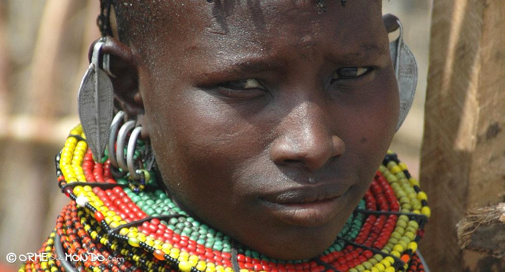 Ritratto Turkana con ricca collana di perline