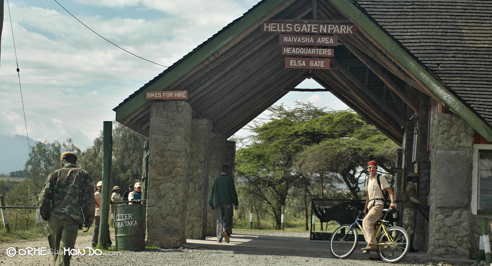 L'ingresso dell'Hells Gate National Park che è possibile visitare in bicicletta o a piedi