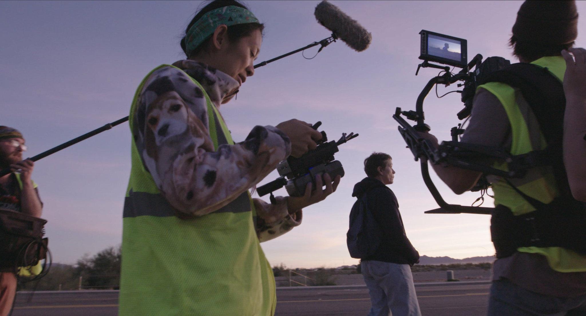 Sul set di Nomadland con la regista Chloè Zhao e Frances McDormand