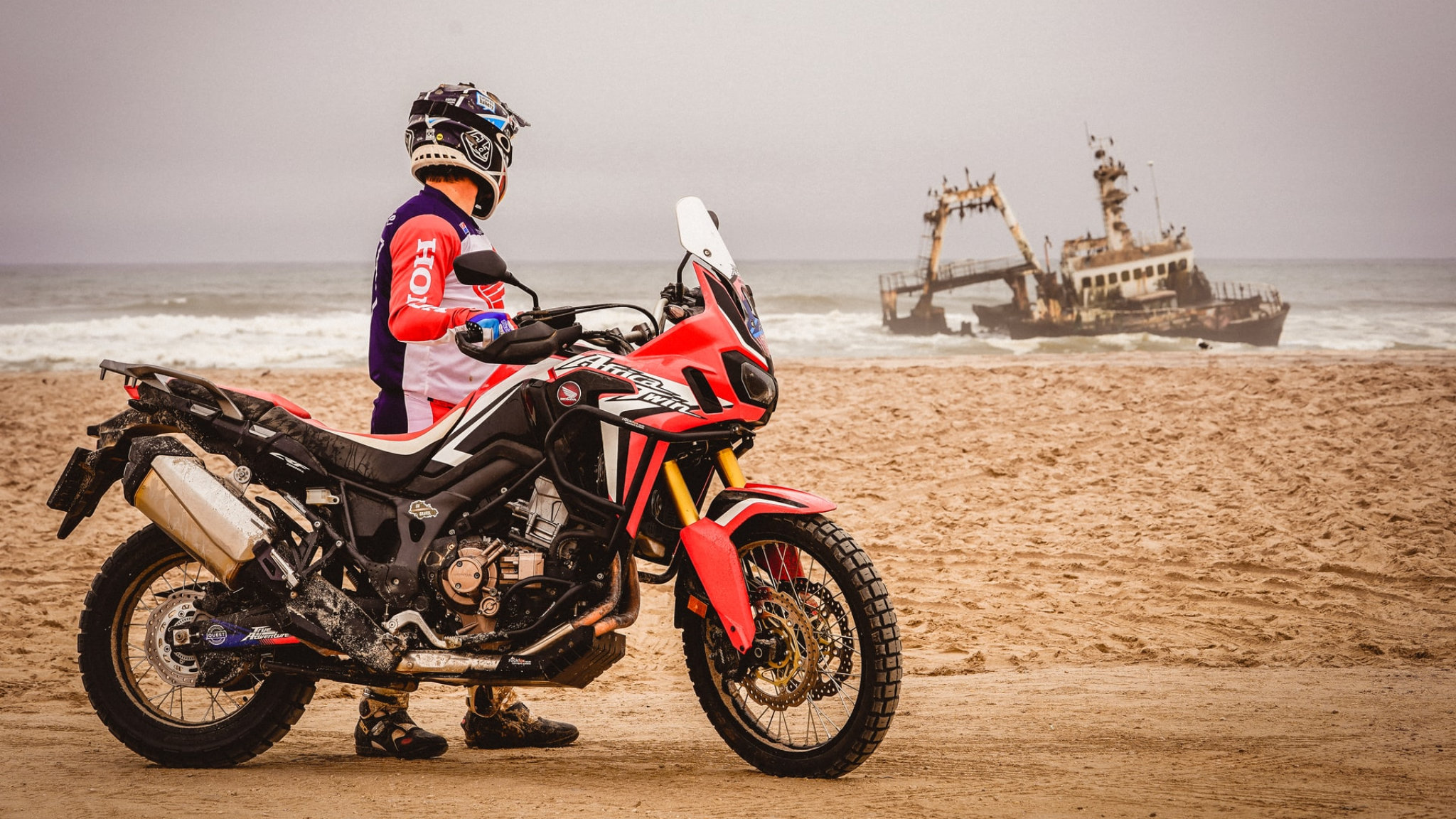 skeleton coast nave affondata motociclista featured