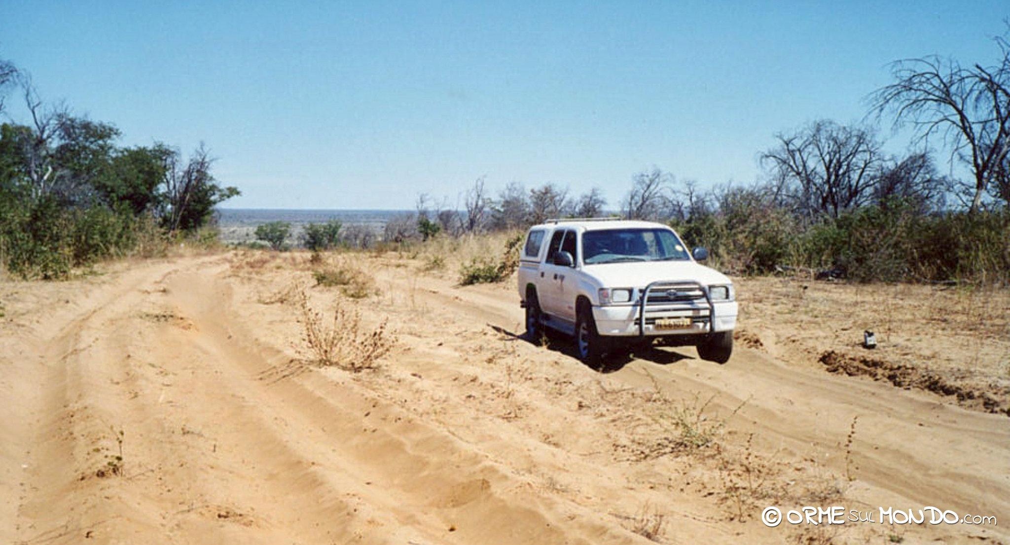 Il nostro fuoristrada mentre attraversa una pista di sabbia